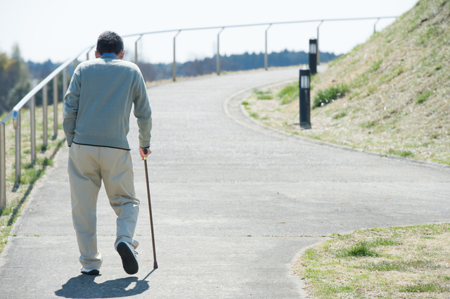 歩行もヨタヨタなのに「俺は元気だ!」の一点張り。自分を介助が必要な老人だと思いたくない父