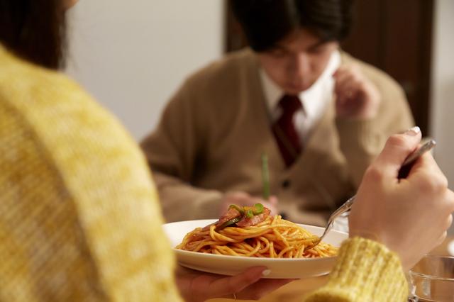 好きな料理は? 何を喋ればいい? 「夫不在」の気まずい夕食.../14歳男子の継母になった私(2)