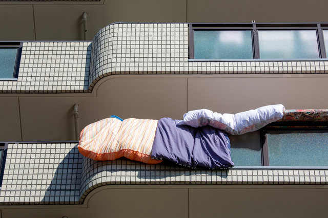 上階の住人は要注意!? 布団やシーツが我が家のベランダに「スッ...」。まさか、わざとでは?