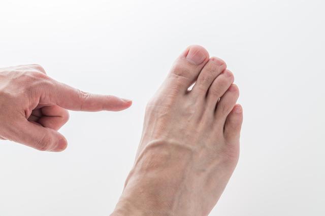 足の親指の付け根がモゾモゾ...それが次第に激痛に!痛風の始まり/キッチン夫婦(夫)