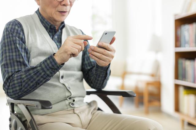 本名、住所、顔写真がネットに! 知らぬ間にSNSに登録していた89歳の父