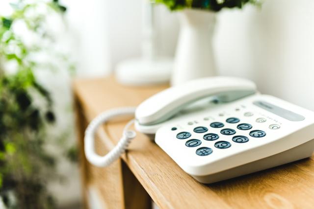 「今誰と話してたの?」セールス電話でも親しげに会話しちゃう父にヒヤヒヤ!/キッチン夫婦(妻)