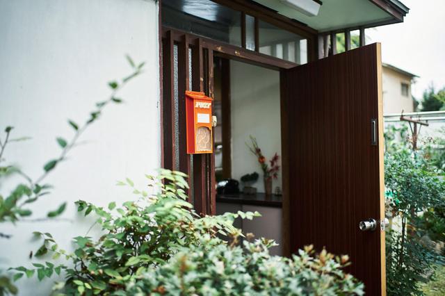 賃貸だけど念願の「庭」をゲット!でも、前の住人の「玄関前の植栽」が好きになれず調べてみたら...⁉