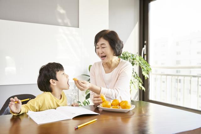 「餌付け」では...? 孫にたくさん食べさせたい母と大喜びの我が子。見守る私の気持ちは複雑!