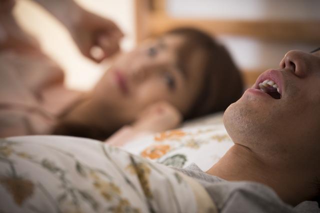 夫のいびきで離婚危機!? 眠れぬ夜をなんとかしたい!/キッチン夫婦(妻)