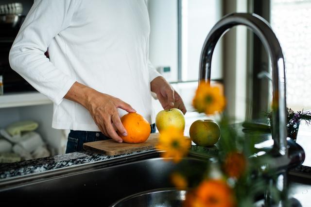 朝食は俺が作るから、年老いても毎朝一緒に食べよう/キッチン夫婦(夫)