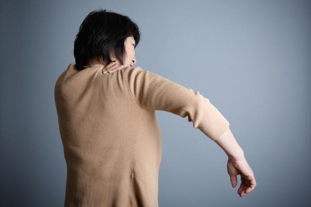 ゴキちゃんを叩こうとして...肩の激痛に絶叫! 51歳の私を襲った「五十肩」の恐怖