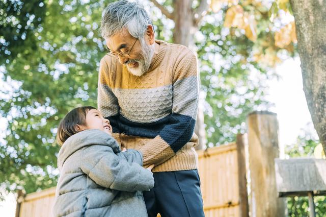 このご時世、お菓子は受け取らないよ...。「子供好きの80歳義父」が近所の子供に構い過ぎた結果...⁉