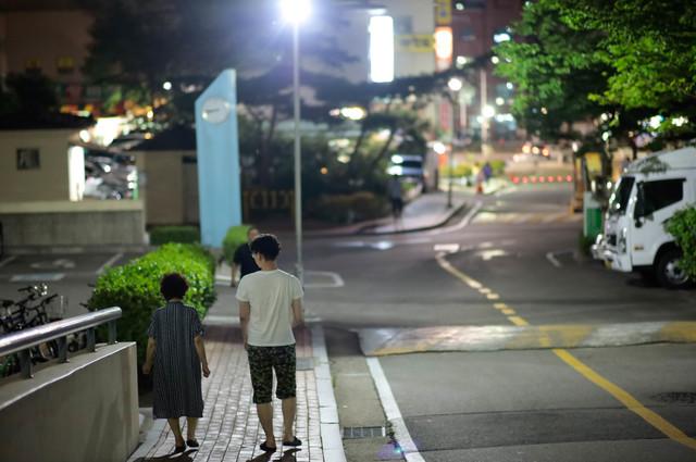 家族で外食した帰りは、家まで1時間歩こう! 高2の息子と中2の娘、家族4人で夜道を歩く「幸せな時間」