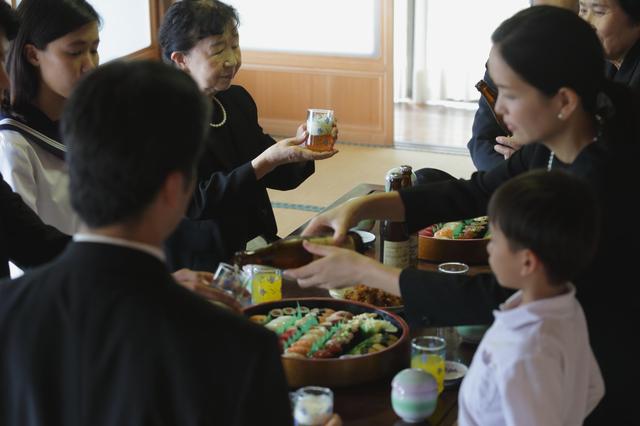 葬儀の後やぞ! 宴会のように飲み食いだけして帰っていった図々しい姑の親戚たち/かづ