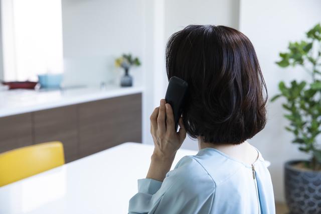 昔から電話が苦手な私。息子でも間違えない自信がない...。/キッチン夫婦