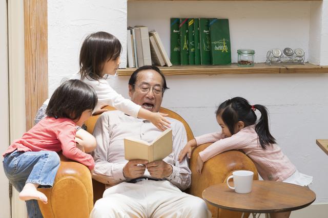同居する「姉の子供たち」と親密度が違う...。両親の「孫の可愛がり方」を比べてしまう私