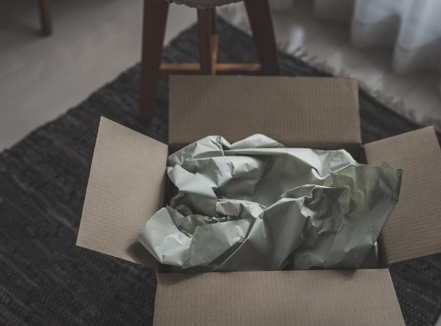 舅宛てに届いた特大ダンボール箱。つい、覗き見てしまった、その悲しい中身は...?/かづ