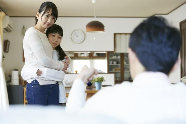 「ママがやったら怒るのに」幼い娘のひと言が変えた! 自分のミスには「激甘」だった20歳年上の夫