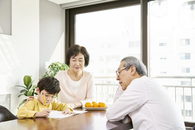 コロナ休校中、私たち60代夫婦が平日の「孫の勉強」を見て、休日は娘夫婦が「家族でのんびり」って...