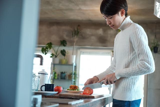 料理を失敗して見せる笑顔...夫の連れ子だった息子との「キッチンでの思い出」/キッチン夫婦(妻)