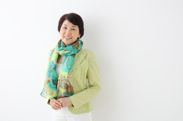 大人の女性は「色彩」を味方に。スカーフ1枚から楽しむ「50歳からのファッション」