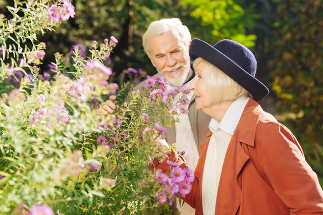 60歳からは季節の素材や帽子使いに工夫を!フランス人に学ぶ「高齢者のおしゃれ」