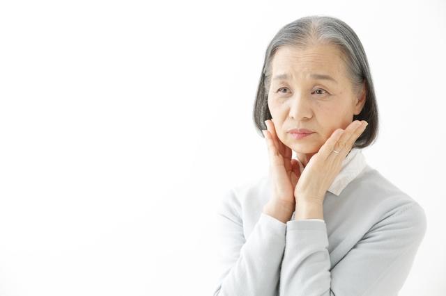女性が化粧から遠ざかり始めるのは60~70代! 母親が化粧水をつけなくなったら要注意です