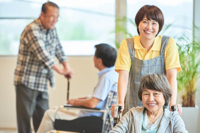 要介護者が自分で食事、排泄ができるようになる? 高齢者の自立を促す「化粧療法」とは?