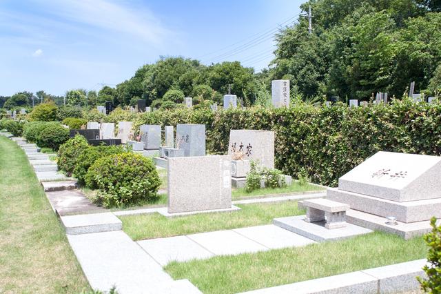 墓の購入金額は平均で約163万円。共同墓・永代供養墓など墓を持たないケースも増加中