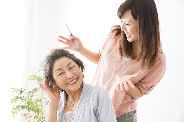 美容室へ行けない高齢者にスマイルを! 自宅まで来る「来るスマ」美容師が増加中
