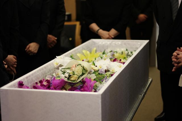 シンプルな葬式なら費用は約20万円。ネットの利用で費用が抑えられることも