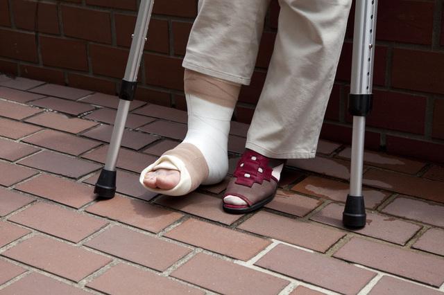 酔っ払いにからまれて足を打撲し、通院中です。加害者に何か請求できますか?/法律で悩んだらプロに相談