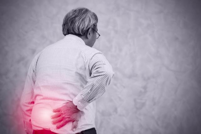 脳に異常が生じることも?「腰痛を我慢するリスク」とは
