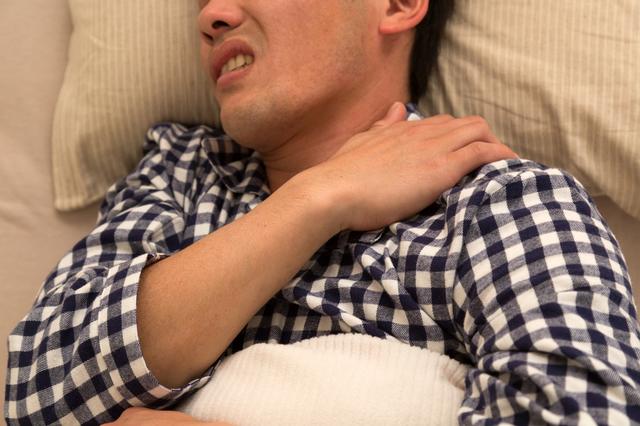 誰でも一度は経験する身近な首の痛み「寝違え」。対処法は?/首の痛み
