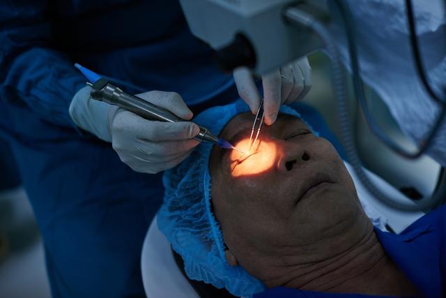 老眼の最新治療! 白内障の手術と一緒に治せます/老眼