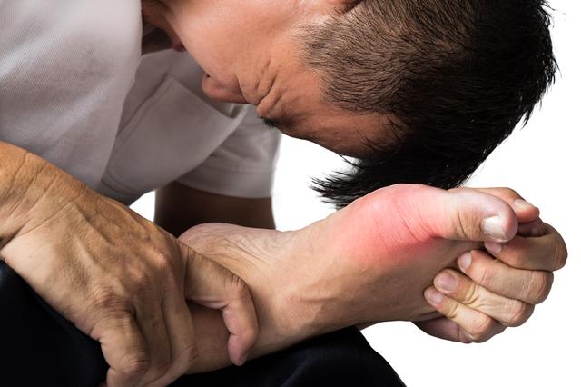 サバンナ高橋「足を大型のトレーラーが轢いてる感じ」 激痛必至! 痛風の原因と予防法