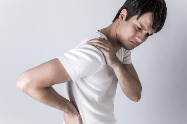 肩こり腰痛に!体のゆがみを整える「座ったままストレッチ」3選