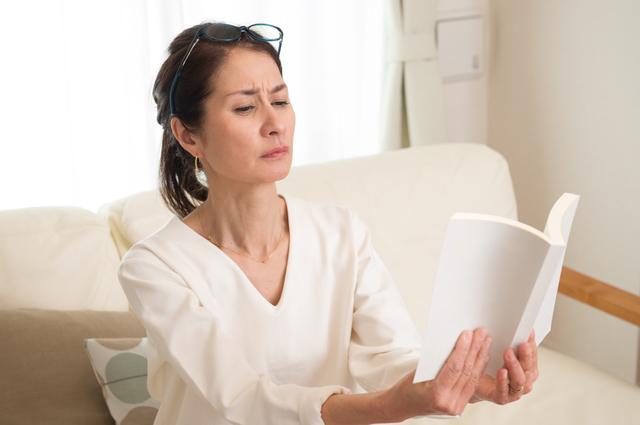 若い人も「スマホ老眼」に注意!老眼の症状を改善する簡単な方法