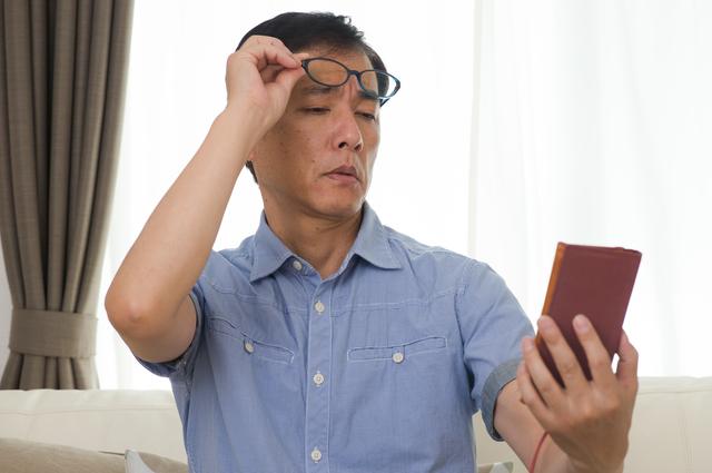 若くてもスマホユーザーは注意!老眼予防に効果的な食べ物とは