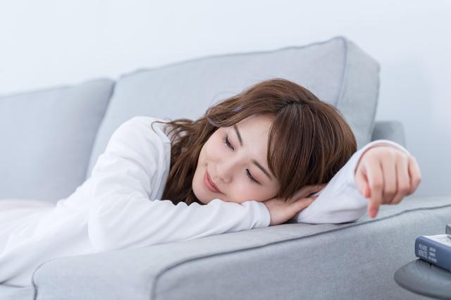 食後に「正しく」ごろ寝するだけで痩せるって本当?