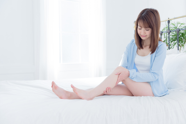 汗をかくと足がつりやすくなる!? 寝ているときに足がつる原因と予防法