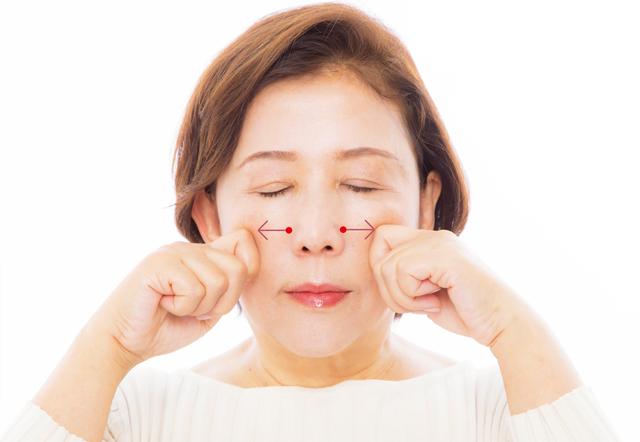 小鼻の脇からグッと引き上げて!ほうれい線に効く「指鍼」