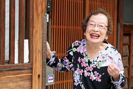 故郷のかるた絵が話題に。94歳の水墨画講師・鈴木やよひさん「かるたが紡ぐ幸せの輪」