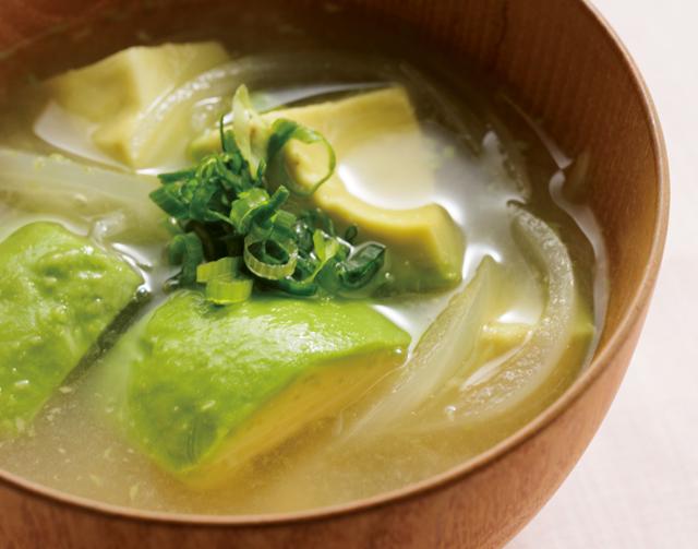 納豆、豆腐、みそ汁に♪「ひざの痛みの改善」に毎日食べる「簡単アボカドレシピ」5選