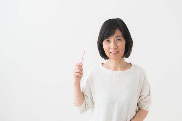 ながら食事をやめ、歯磨きを増やす!? シニアは特に注意したい「誤嚥性肺炎」の予防法