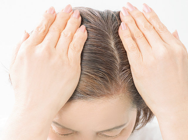 カラートリートメントで白髪を染めれば「地肌の目立ち=薄毛」も隠せる!