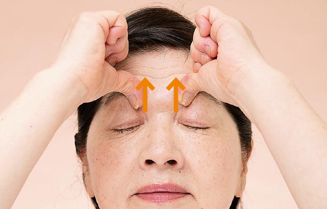 「まるで疲れたオバサン...」の原因、目元のくぼみは簡単マッサージで解消!