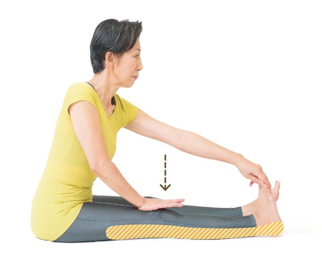 40代以上の女性の5人に1人...「変形性膝関節症」を予防! 床に座って「ひざ裏伸ばしストレッチ」