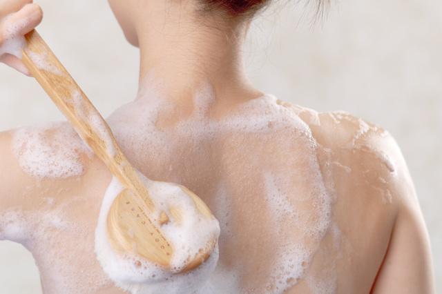 背中がピリピリする...原因は洗いすぎかも。お風呂で潤い背中ケア