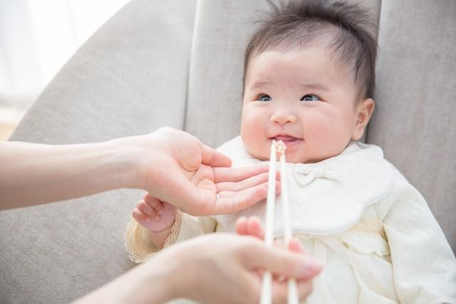 赤ちゃんへの口移しはNG? ヘルペス感染予防の基礎知識