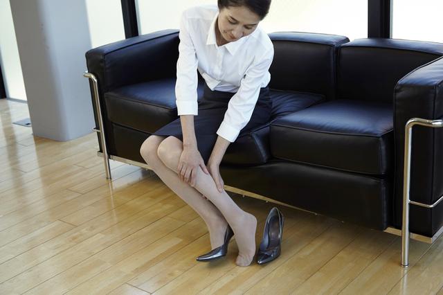 足がむくんでだるい下肢静脈瘤。悪化すると痛みやかゆみが生じ、皮膚の変色も!/下肢静脈瘤の治し方