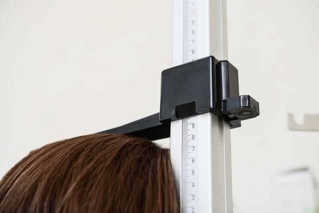 10年で1cm縮む⁉ 40代から始まる「身長低下」4つの原因