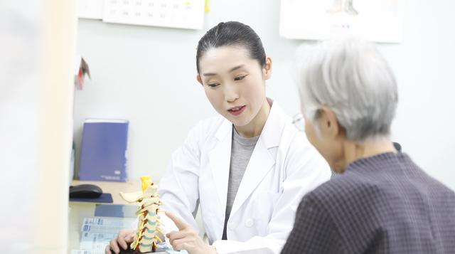 「頚椎症」と「頚椎椎間板ヘルニア」の治療法は「保存療法」から/首の痛み