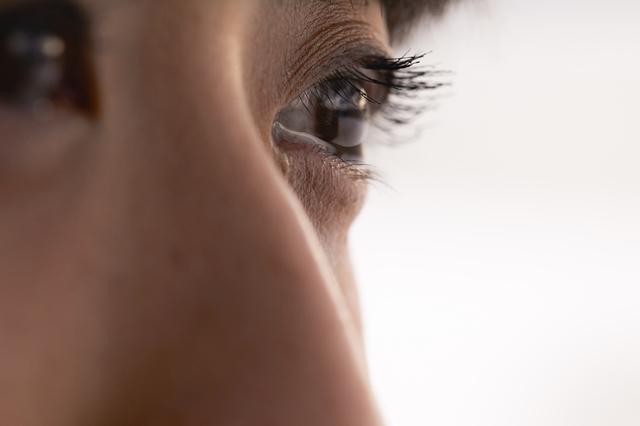 悲しくないのに涙があふれて、視界がぼやけちゃう...。「流涙症」をご存じですか?